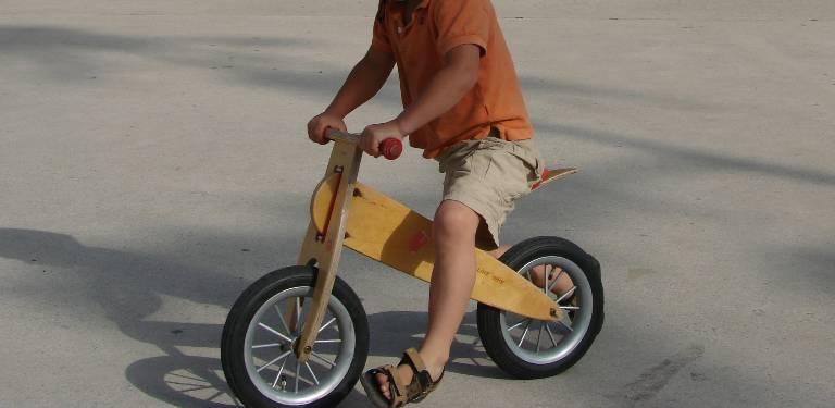 Żółty rower biegowy