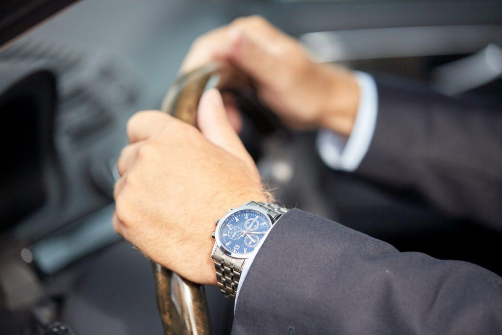 Drogi zegarek ze szkłem szafirowym
